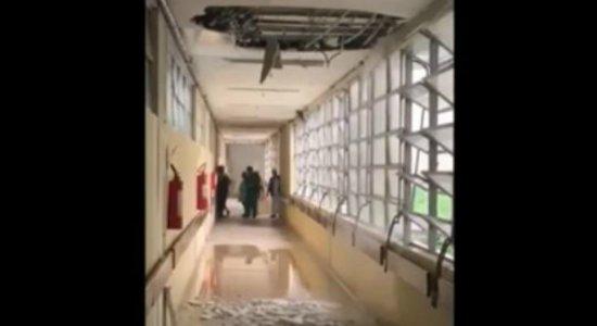Vídeo: parte do teto do Hospital Getúlio Vargas cai por causa da chuva