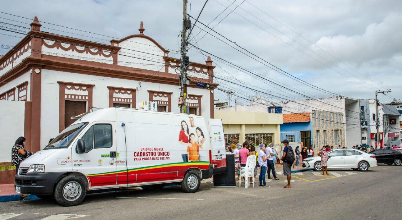 Unidade móvel fornece informações para a população da cidade