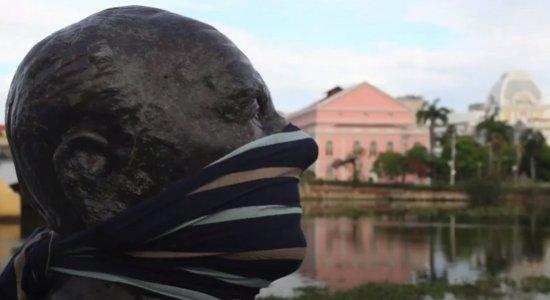 Estátuas de personalidades 'usam' máscaras para conscientizar população sobre o coronavírus no Recife