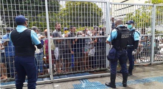 Auxílio de R$ 600: pessoas viram noite em filas e causam tumulto