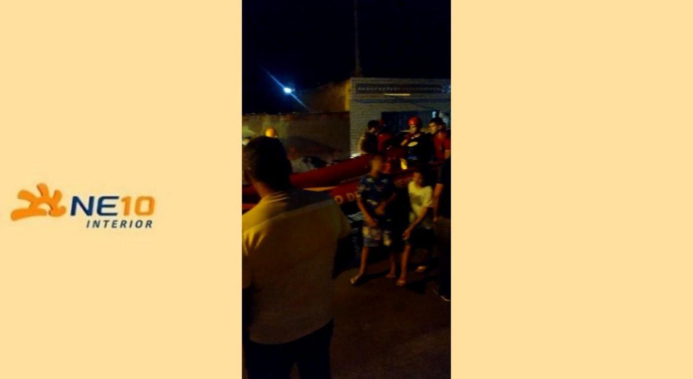 Moradores ilhados foram resgatados em três botes