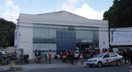 Auxílio de R$ 600: Aglomeração e príncipio de tumulto em agência da Caixa Econômica Federal em Olinda