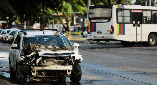 Acidente entre táxi e ônibus é registrado na Avenida Caxangá