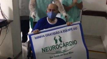 """A despedida do paciente foi ao som damúsica religiosa """"Porque Ele Vive"""" e, pelos corredores da unidade, Carlos foi aplaudido por boa parte da equipe médica"""