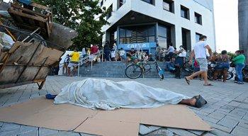 Muitas pessoas estão se aglomerando para conseguir sacar o auxílio emergencial de R$ 600