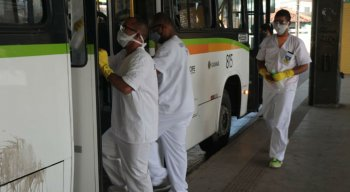 Técnicos da Secretaria Municipal de Olinda higienizam ônibus