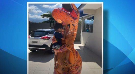Vídeo: Na linha de frente contra o coronavírus, médico se fantasia de dinossauro para abraçar o filho