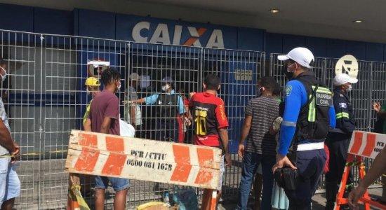 Saque do auxílio emergencial gera confusão em agência da Caixa