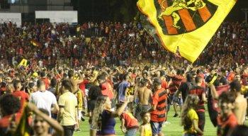 Torcida do Sport invadiu o gramado para comemorar após o fim do jogo.