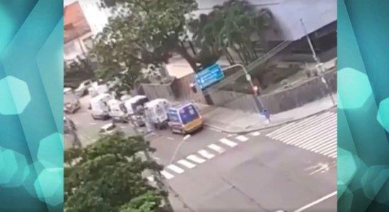 Covid-19: Vídeo mostra fila de ambulâncias na entrada do hospital Alfa