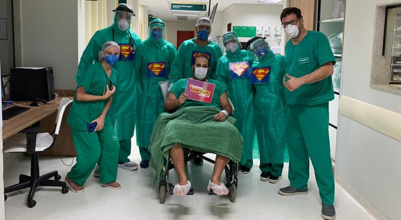 Paciente com coronavírus recebe alta da UTI da Unimed Caruaru após 25 dias internado