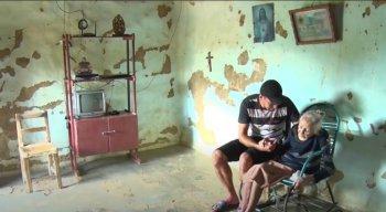 O rapaz cuida da avó de 105 anos que tem Mal de Alzheimer