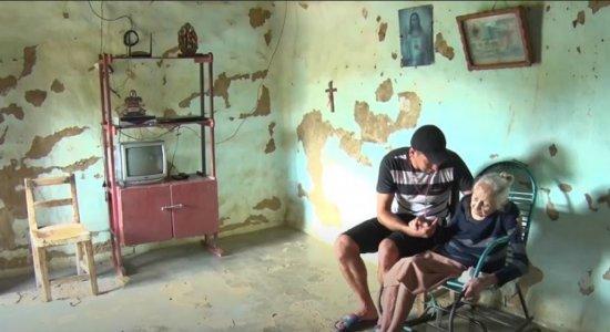 Homem larga dois empregos para cuidar da avó de 105 anos no Sertão de Pernambuco