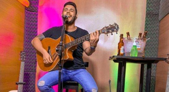 Cantor sertanejo tem a casa invadida durante live; veja vídeo