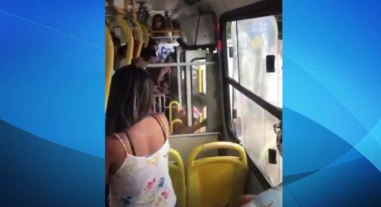 Vídeo: Mulher é agredida e expulsa de ônibus por não usar máscara contra o coronavírus