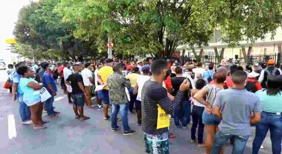 Para tirar a identidade, beneficiários de auxílio emergencial enfrentam filas e aglomerações no Recife