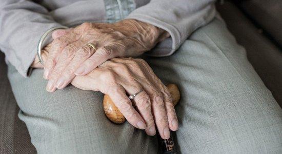 Dificuldade de idosos no mercado de trabalho aumenta na pandemia da covid-19