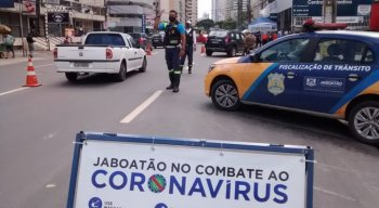 Barreira educativa no combate ao coronavírus, na Avenida Bernardo Vieira de Melo.