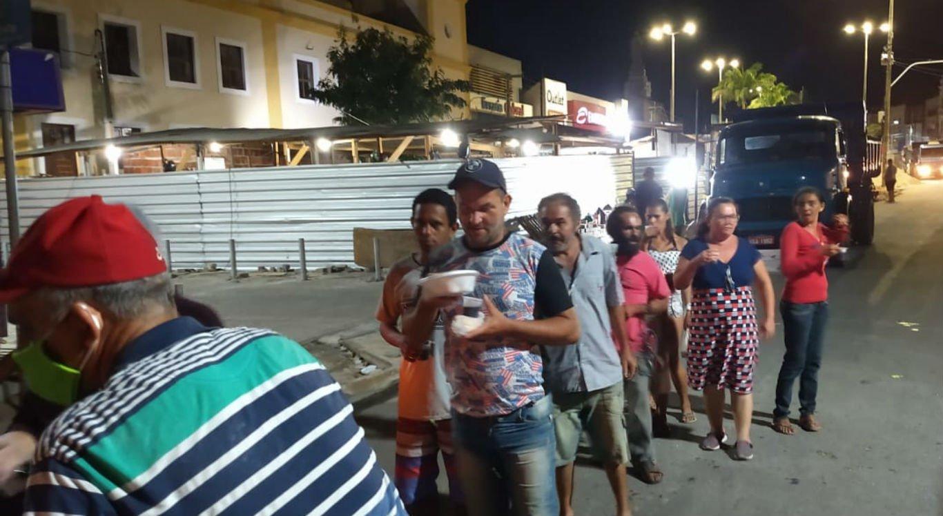 Entrega de sopa para moradores de rua em Caruaru