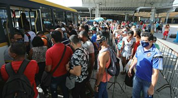 Aglomeração dentro do Terminal Integrado do Barro, na Zona Oeste do Recife