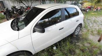 O homem foi encontrado morto dentro do carro na Ilha do Retiro, no Recife.