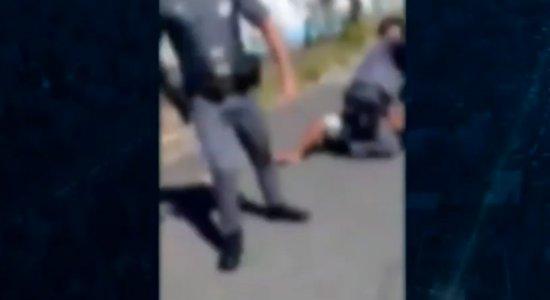 Vídeo: Policiais são acusados de agredir moradores, mas afirmam que foram hostilizados