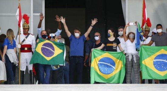 Ao lado de ministros, Bolsonaro vai a manifestação em frente ao Palácio do Planalto