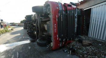 O acidente com a carreta destruiu duas casas na Zona Oeste do Recife