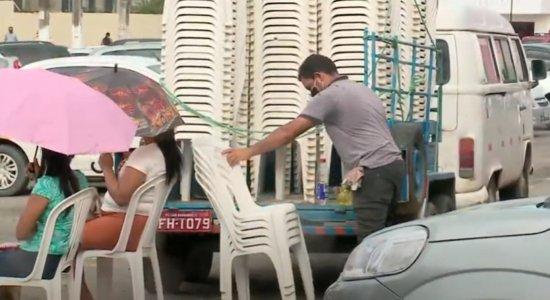 Desempregado leva cadeiras para pessoas em fila para pagamento do auxílio de R$ 600