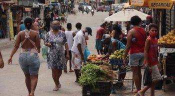 Moradores circulando pelas ruas no bairro de Águas Compridas, em Olinda
