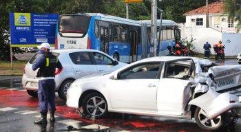 BRT e carro de passeio colidiram em cruzamento da Avenida Cruz Cabugá
