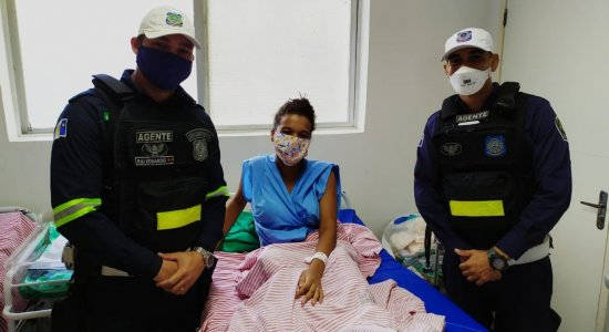 Mulher dá à luz com a ajuda de agentes da CTTU dentro de viatura no Recife
