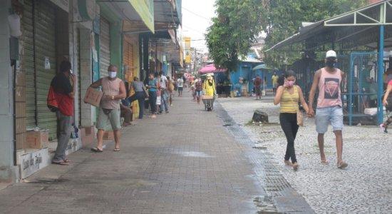 Apesar da quarentena, moradores circulam pelas ruas de Camaragibe