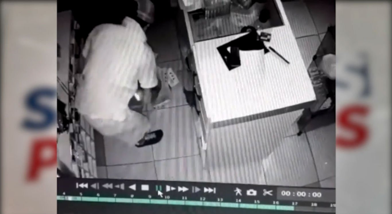 Vídeo mostra suspeito pegando produtos na loja