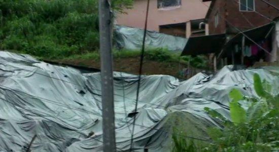 Devido as chuvas, moradores denunciam risco de deslizamento de barreira em Camaragibe