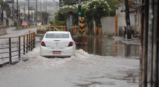 Chuvas causam alagamentos e transtornos no Grande Recife