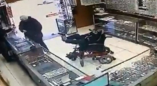 Vídeo: Cadeirante mudo entra em joalheria com arma nos pés e anuncia assalto em bilhete