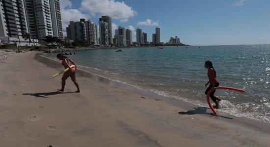 Apesar de lockdown, praia de Olinda tem surfistas, ciclistas e pedestres sem máscara