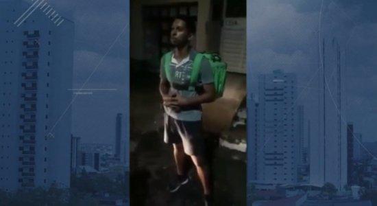 Com moto quebrada, entregador faz delivery a pé para sustentar família em Caruaru