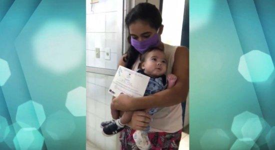 Curado do coronavírus, bebê deixa hospital sob aplausos no Recife