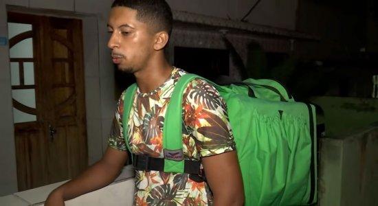 Entregador que faz delivery a pé ganha doações para sustentar família em Caruaru