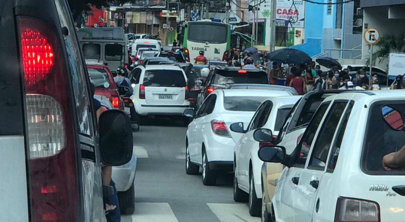Movimentação de veículos no centro de Caruaru nesta quinta-feira (28)