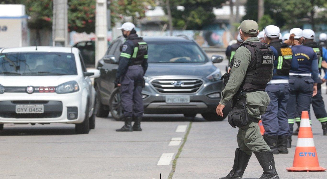 Policiais militares e guarda municipal fazendo blitz para fiscalização do lockdown e rodízio de veículos, no Cabanga
