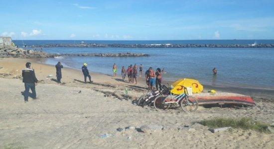 No 1º dia após fim da quarentena rígida, banhistas são retirados de praia em Olinda