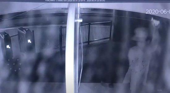 Vídeo: Homem invade estação de Metrô do Recife e tenta entrar na bilheteria