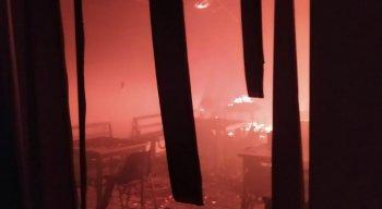Os Bomberios levaram uma hora para conter o incêndio nos Correios