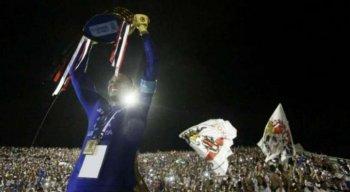 Tiago Cardoso erguendo a taça de campeão da Copa do Nordeste