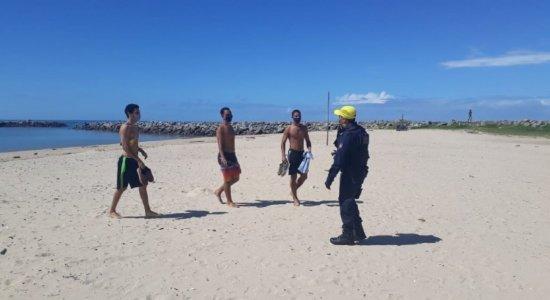 Pelo 3º dia seguido, banhistas são retirados de praia em Olinda