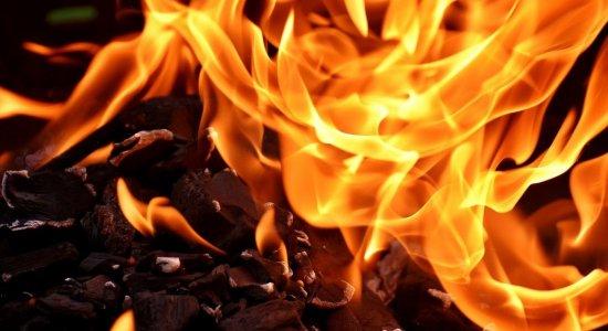 Médico fala dos riscos da inalação de fumaça de fogueiras para pacientes com coronavírus