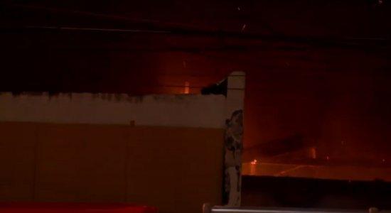 Vídeo: Incêndio atinge agência dos Correios perto do Mercado da Encruzilhada, no Recife
